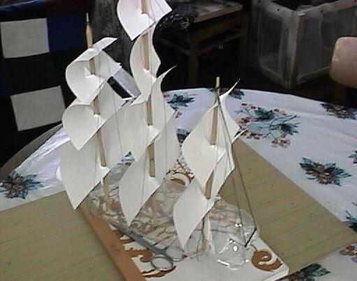 яхты с парусами..