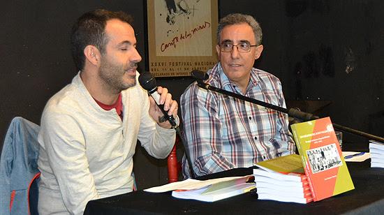 El periodista Fernando Sebastián, a la izquierda de la imagen, presentó el libro que reconoció haber leído ya tres veces. (© Foto: A. LUQUERO / Vallecasweb.com)