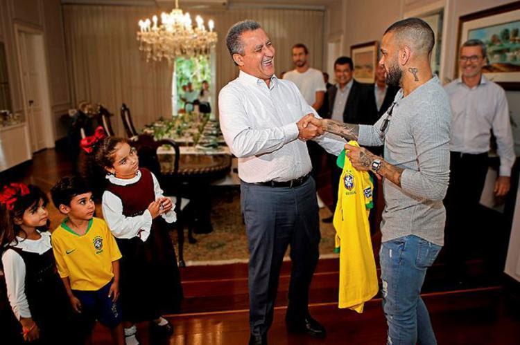 Capitão do Brasil, o lateral presenteou o governador com a camisa que usou na final do torneio - Foto: Mateus Pereira l Gov-BA