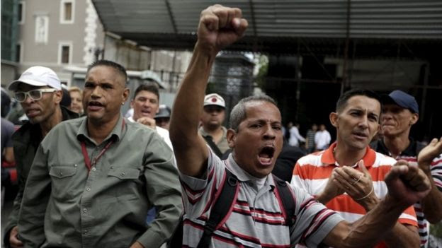 Supporters of President Maduro shout slogans against jailed opposition leader Leopold Lopez (16/06/2015)