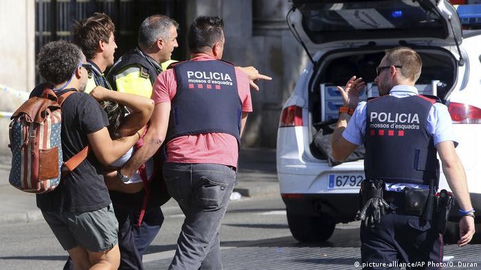 Spanien Barcelona Lieferwagen fährt in Menschenmenge (picture-alliance/AP Photo/O. Duran)