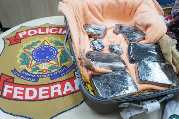Droga estava sendo transportada dentro de uma mala (Foto: Divulgação/PF)
