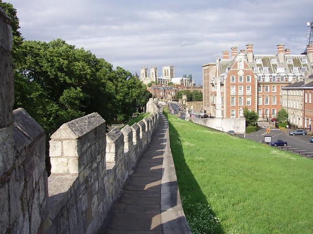 Sepanjang sejarah tembok kota dibentuk sebagai pemberian   dari musuh 12 Kota Berdinding Menakjubkan Di Dunia