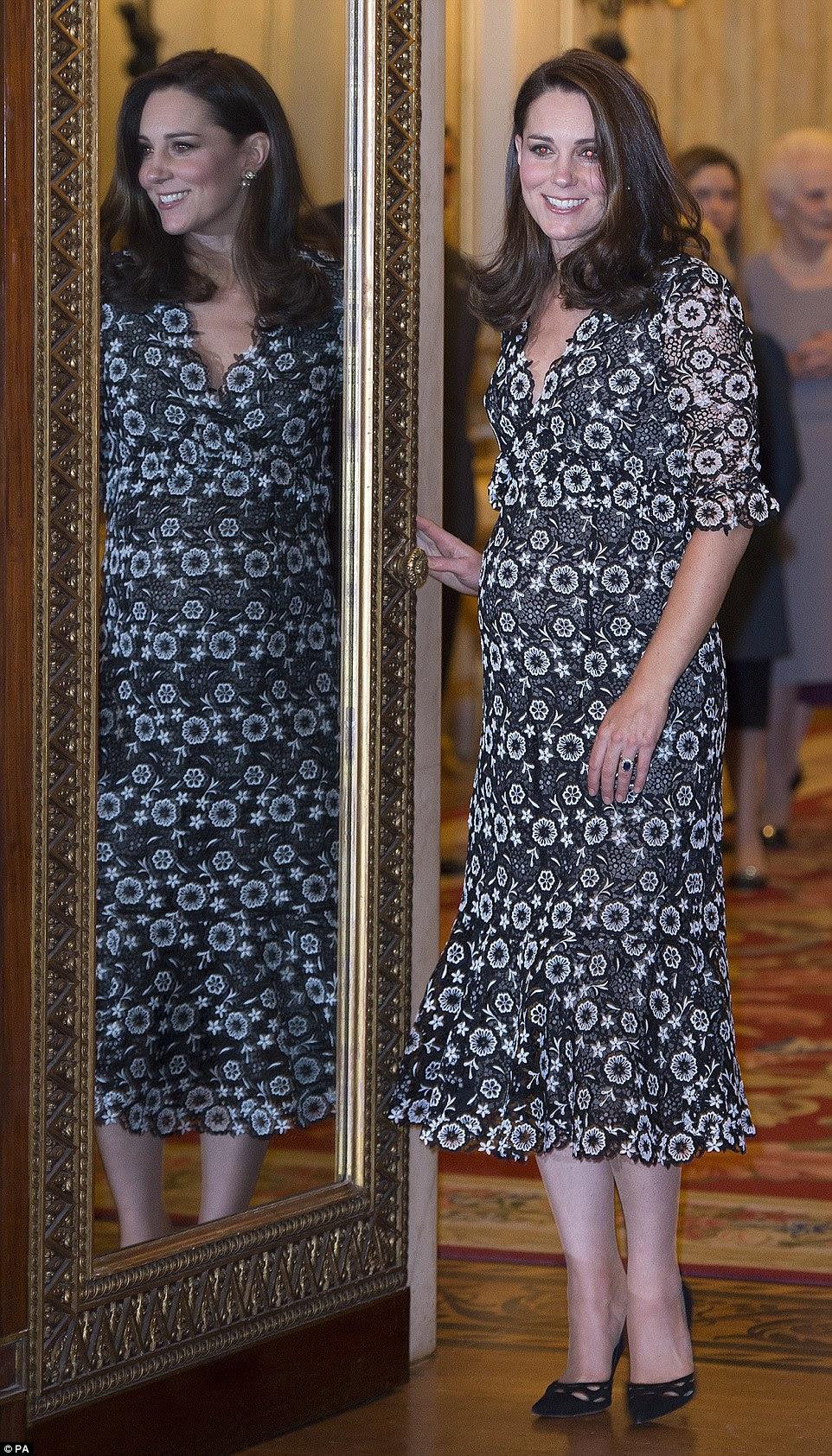 Espelho de espelho na parede ...: Kate sorriu enquanto posava ao lado de um espelho ornamentado no evento glamuroso
