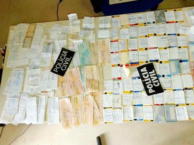 Cartões do Bolsa Família e de aposentadoria foram apreendidos pela Polícia Civil (Foto: Polícia Civil)