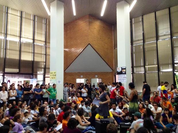 Centenas de pessoas dormiram no prédio da Câmara Municipal de Belo Horizonte. (Foto: Pedro Cunha/ G1)