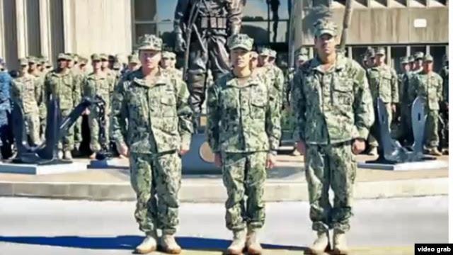 Trung Tá Hải quân Cao Hùng (giữa), Chỉ huy Trưởng Trung Tâm Huấn Luyện Người Nhái và Trục Vớt thuộc Hải Quân Hoa Kỳ