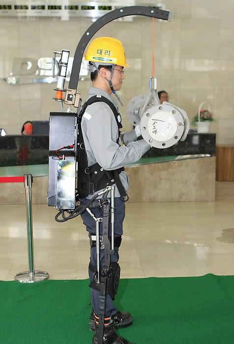 perierga.gr - Ρομποτικός εξωσκελετός για εργάτες χαρίζει υπεράνθρωπη δύναμη!