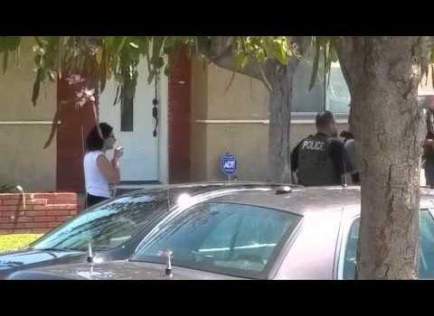 Un ufficiale degli US Marshal distrugge il telefono di una donna che lo stava riprendendo