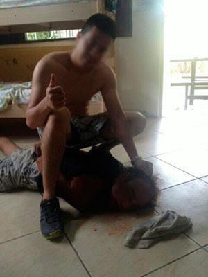 Um dos mexicanos posou para foto após imobilizar suspeito dentro do quarto da pousada em que estão hospedados (Foto: Divulgação/Polícia Militar do RN)
