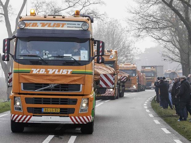 Caminhões carregando destroços do voo MH17, da Malaysia Airlines, chegam a uma base aérea holandesa em Gilze-Rijen, na terça (9) (Foto: Reuters/Michael Kooren)