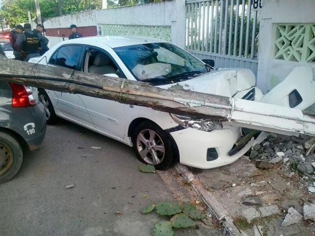 Assaltante bateu com o Corolla roubado após ser perseguido pela PM (Foto: Tenente João Santos/G1)