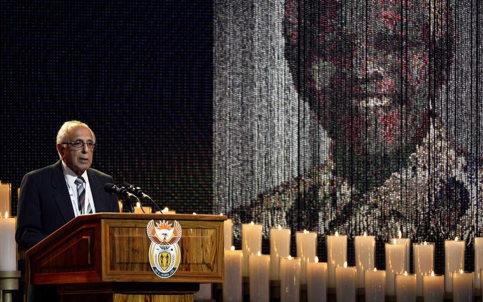 Ahmed Kathrada, durante cerimônia de sepultamento do amigo e ex-presidente sul-africano Nelson Mandela, em 2013 (Foto: Odd Andersen / Pool / Arquivo / Reuters)