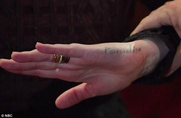 Sua felicidade: Ela também tem paraíso com tinta no lado da mão esquerda - e ela disse ao entrevistador que as duas tatuagens são indissociáveis