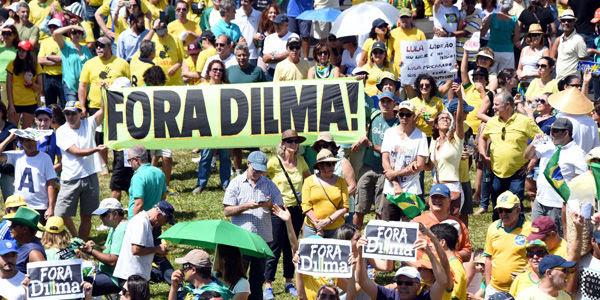 Manifestantes contra el gobierno de Dilma Rousseff y el Partido de los Trabajadores protestan en Brasilia, sede del Gobierno. En otras 100 ciudades del país también hubo manifestaciones.