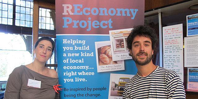 Filipa Pimentel, directora del 'hub' de grupos de transición en Londres, y Juan del Río, cofundador de Transición Sostenible Barcelona. | C.F.