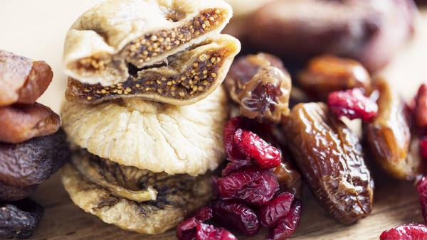 Algunas de las frutas desecadas recomendables son las ciruelas, uvas, damascos, duraznos, manzanas, higos y peras.