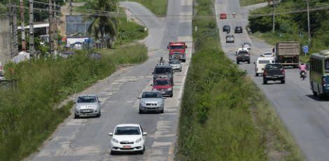 As condições de trafegabilidade da rodovia são as piores possíveis. Obra atrasou por causa do projeto do BRT / Alexandre Gondim/JC Imagem