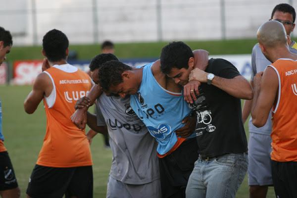 Aparentando estar sentindo muitas dores, o atacante Adriano Pardal precisou ser amparado para deixar o gramado do Frasqueirão