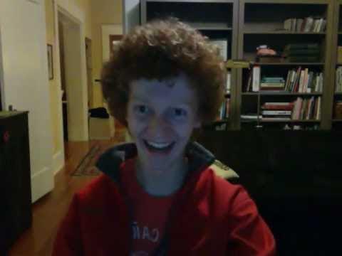 video muestra a un joven que guarda lapices en su pelo