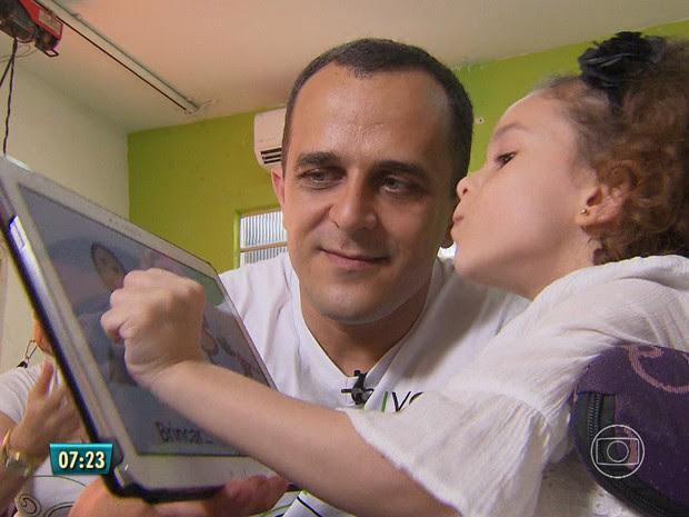 Livox foi criado para ajudar Clarinha a se comunicar (Foto: Reprodução / TV Globo)