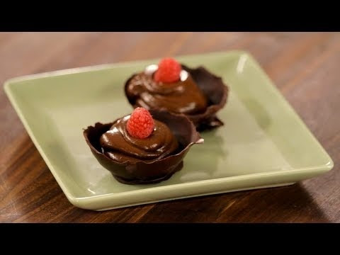 How to Make Avocado Chocolate Pudding: The best thing about throwing parties is the homemade desserts.  Helen Cavallo shows you how to make delicious healthy chocolate pudding in a cool chocolate bowl. Adding avocado as the secret ingredient makes it perfect for kids who are sensitive to dairy.      SUBSCRIBE for more videos!  http://www.youtube.com...