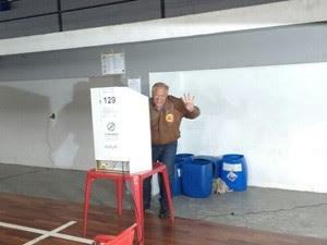 Rubens Bomtempo votou por volta das 15h30 no Valparaíso (Foto: Jeferson Marques/Inter TV)