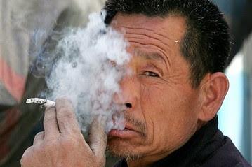 写真:喫煙中国人