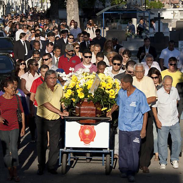 Parentes e amigos acompanham o enterro da juíza Patrícia Acioli