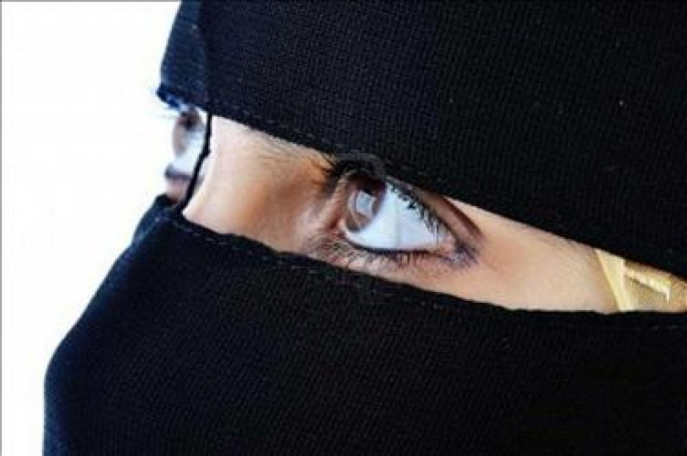 نتيجة بحث الصور عن كشفت النقاب عن وجهها فكانت المفاجأه