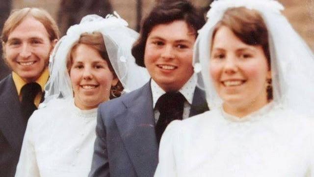 Ron e Ann posam com Derrick e Lynda no dia do casamento dos quatro