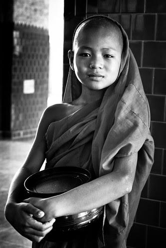 Pequeño monje en la Pagoda Mahamuni (B/N)