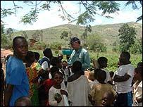 Crianças em idade escolar e Mark Doyle Kamanyola