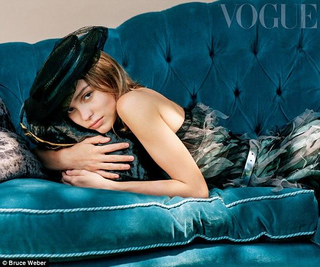 """Todos adulta: Lily-Rose Depp, 17, candidamente revelou o que sua educação com os pais Johnny Depp e Vanessa Paradis era como - admitindo que """"não eram muito rigorosas"""" em tudo"""