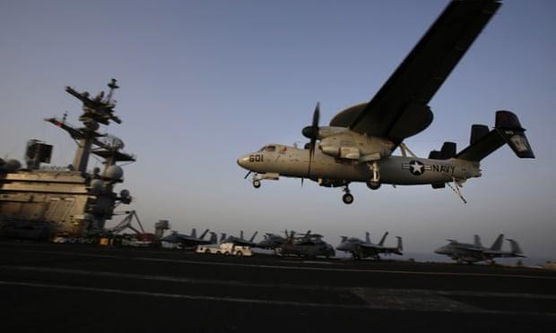 Aterrice una aeronave después de las misiones dirigidas a Isis en Irak desde la cubierta del portaaviones estadounidense USS George HW Bush en el Golfo Pérsico.