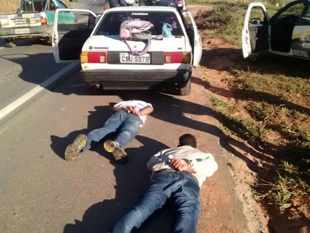 Polícia apreendeu com eles armas, dinheiro, celulares e equipamentos usados para arrombar veículos (Foto: Divulgação/Guarda Municipal)