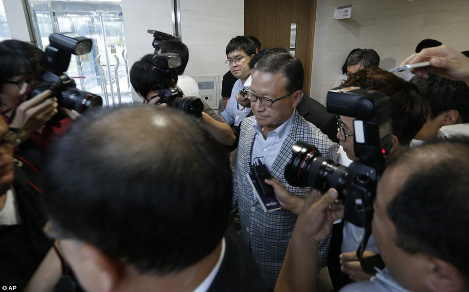 Inquiry: Asiana Airlines President and Chief Executive Officer Yoon Young-doo, center, leaves after a press conference. He said that it does not appear that engine failure was to blame