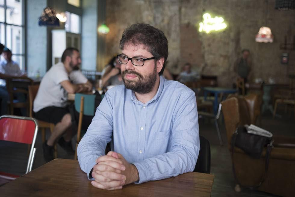 Sergio del Molino en el café Doña Hipólita de Zaragoza.