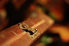 """""""Pourquoi chercher désespérément la clef du bonheur alors que, de toute façon, la serrure n'a jamais existé ?"""" photo coffre serrure"""