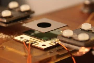 Los investigadores del MIT utilizan cristales fotónicos de tamaño nanométrico a modo de filtro previo superpuesto al panel solar.