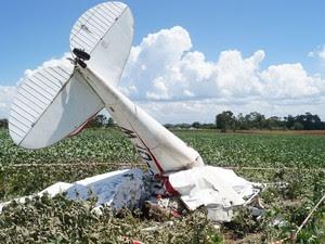 Avião cai em propriedade rural e mata dois em Cachoeira do Sul, RS. Duas pessoas estavam na aeronave em uma instrução de voo. (Foto: Marcus Tatsch/Agência Free Lancer/Estadão Conteúdo)