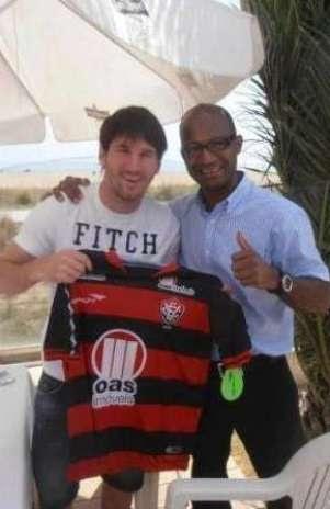 Messi posou para foto com presente que ganhou de torcedor rubro-negro Foto: Divulgação