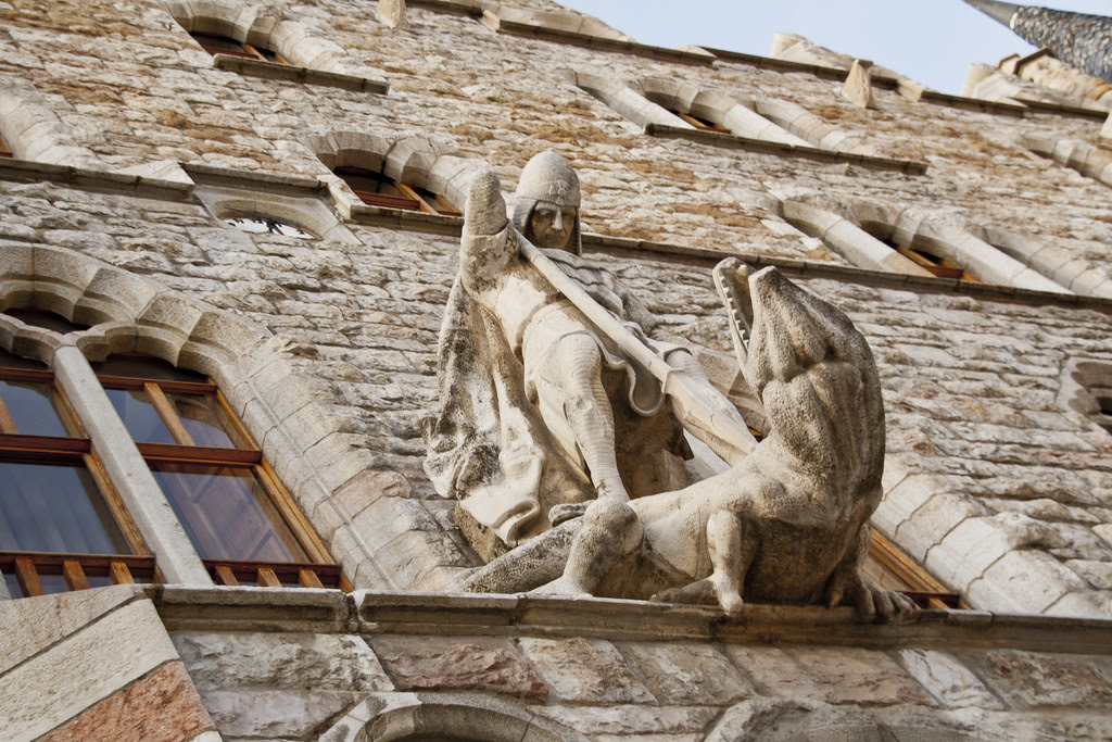 Sobre la puerta se halla una estatua de San Jorge luchando con el dragón