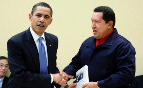 """Chávez le regala a Obama el libro """"Las venas abierta de América Latina"""" de Eduardo Galeano."""