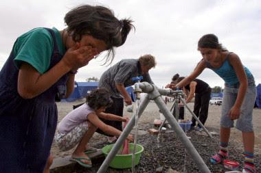 <p>Refugiados georgianos se lavan y hacen la colada en un campamento para desplazados internos en Gori, 80 kilómetros al norte de Tiflis, Georgia. Miles de georgianos se han visto obligados a abandonar sus hogares en Osetia del Sur por el conflicto con Rusia, que ha reconocido la independencia de esta región separatista, así como la de Abjasia. / EFE</p>