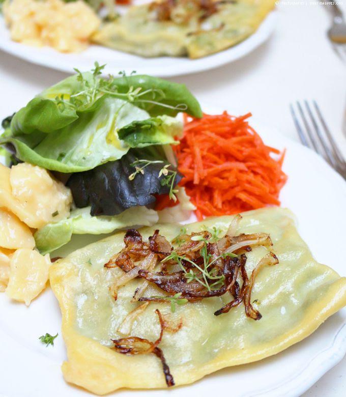 Spinat-Maultaschen auf Salat | whatinaloves.com