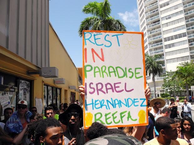 'Descanse no paraíso, Israel Hernández', diz cartaz em ato pela morte do grafiteiro Israel Hernández, atingindo por um disparo de taser dado por um policial em Miami (Foto: Paula Bustamante/AFP)