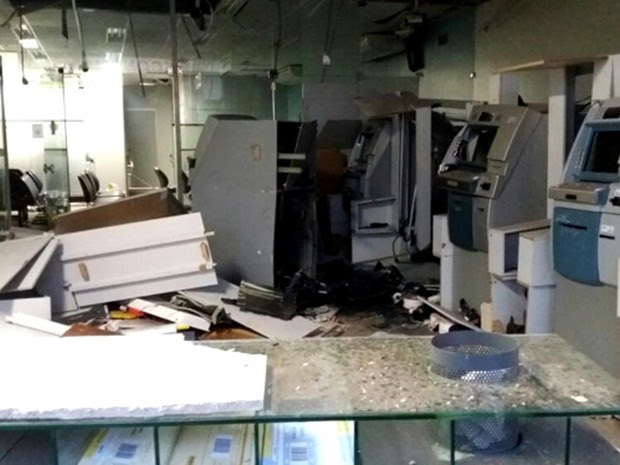 Assaltantes utilizaram bananas de dinamite para explodir os caixas eletrônicos em Bom Jardim (MA) (Foto: Reprodução/TV Mirante)