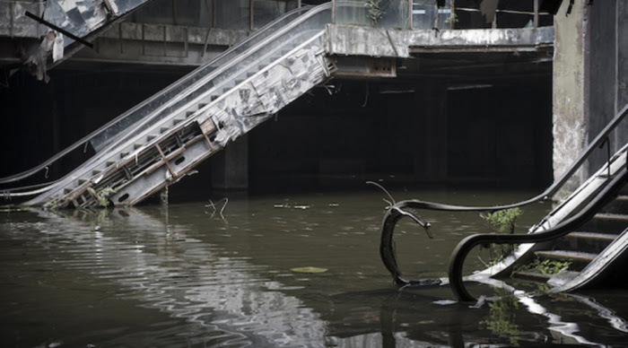 Торговый центр после стихийного бедствия.