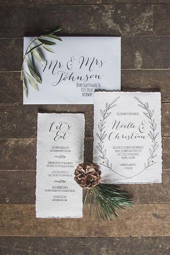 moderne winter-Hochzeits-Einladungen in neutralen Farbtönen gehalten, mit schwarzer Kalligraphie und eine raw-edge